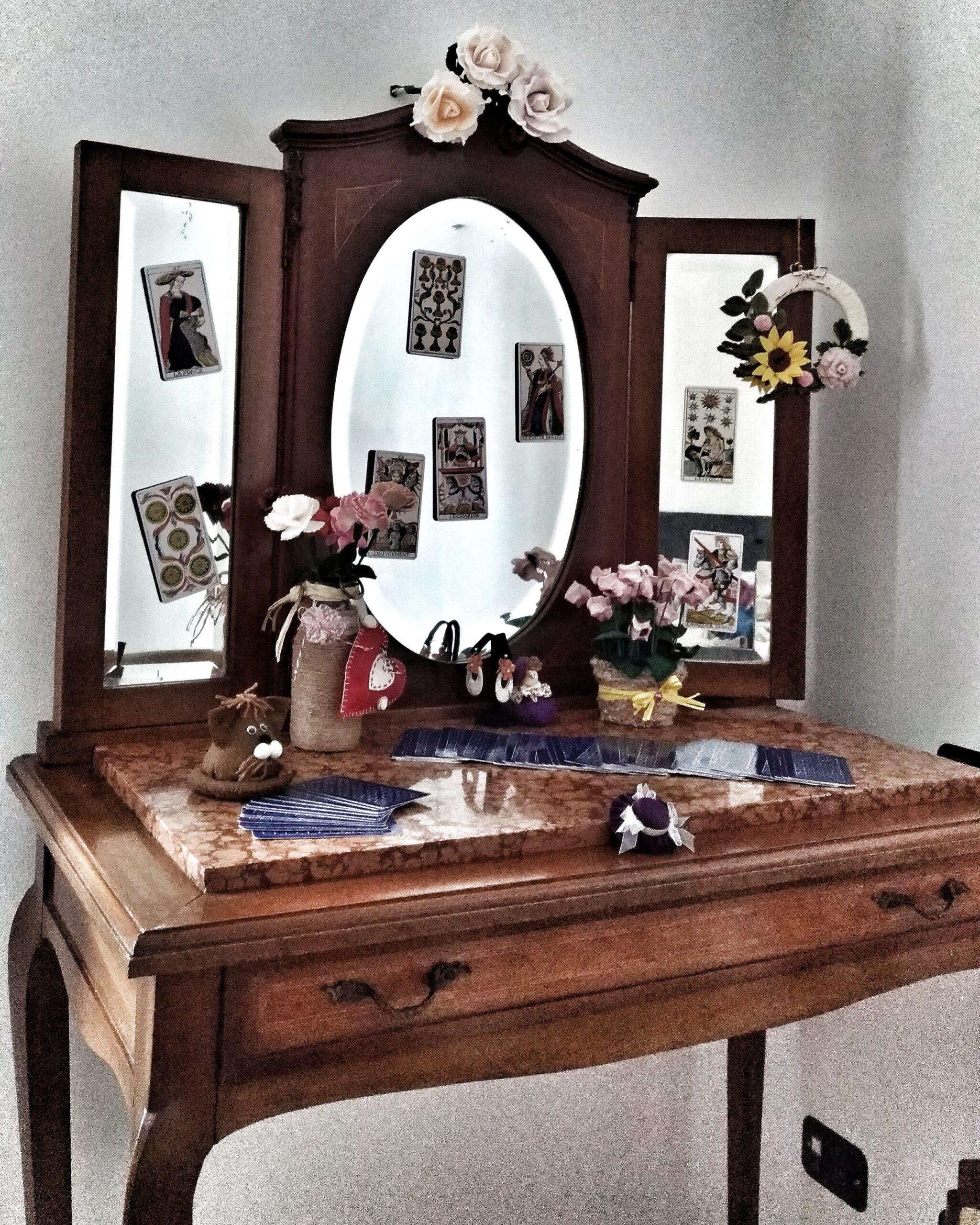 Toiletta con fiori in pannolenci e Tarocchi di Marsiglia-La Voce dell'Anima